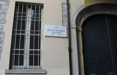 L'entrata dell'Istituto Canossa di Como con la via dedicata a Serafino Balestra
